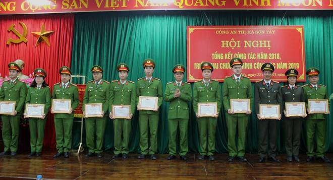 """Thượng tá Ngô Đình Ngũ - Trưởng CATX trao tặng giấy khen cho Các CBCS đạt danh hiệu """"Chiến sĩ thi đua cơ sở"""""""
