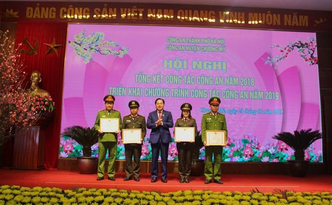 Đồng chí Đinh Mạnh Hùng - Phó Bí thư Huyện ủy, Chủ tịch UBND huyện Chương Mỹ trao phần thưởng cho các tập thể, cá nhân có thành tích xuất sắc