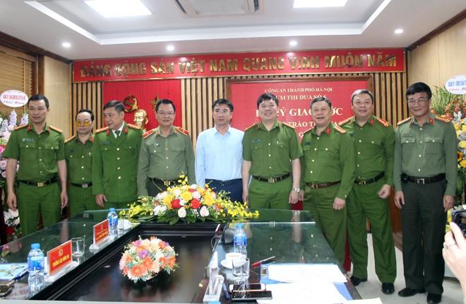 Đại diện chỉ huy các đơn vị trong Cụm thi đua số 6 chụp ảnh lưu niệm tại Lễ ký giao ước thi đua với đồng chí Phó Giám đốc CATP và lãnh đạo quận Thanh Xuân