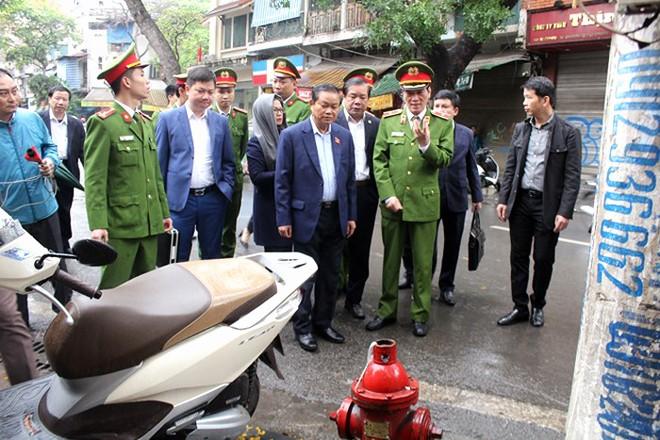 Đoàn Giám sát của Quốc hội kiểm tra trụ cấp nước tại một ngã tư trên địa bàn phường Hàng Mã, Hoàn Kiếm, Hà Nội vào trung tuần tháng 3-2019