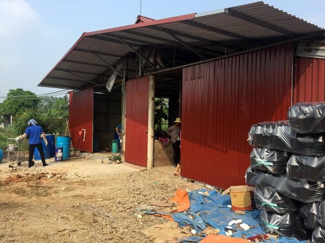 Xưởng sản xuất nước giặt của ông Thái Văn Tâm nằm ở cánh đồng thôn Yên Tàng có diện tích cả trăm mét vuông