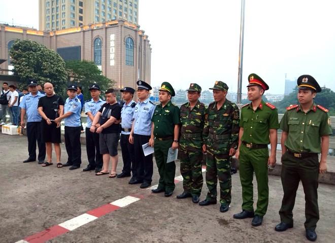 Lực lượng chức năng Việt Nam bàn giao 2 đối tượng cho Cục Công an TP Đông Hưng, Trung Quốc.