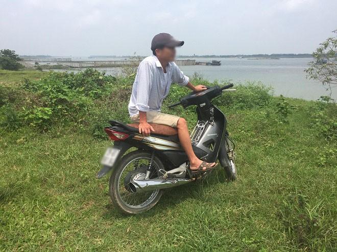Một trong hai đối tượng chuyên cảnh giới cho các đối tượng hút cát dưới sông xuất hiện khi thấy nhóm phóng viên ra bãi sông đoạn xã Vân Nam, Phúc Thọ ghi hình