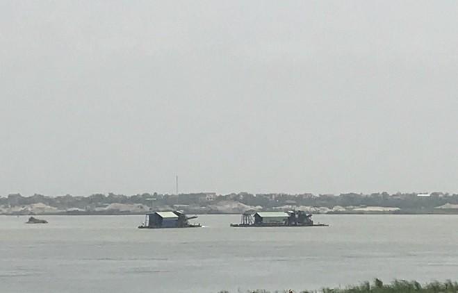 Những chiếc tàu hút có công suất lớn neo đậu giữa dòng sông Hồng đoạn sát địa bàn xã Vân Nam, huyện Phúc Thọ ngang nhiên hút cát gây bức xúc cho người dân sống hai bên bờ sông