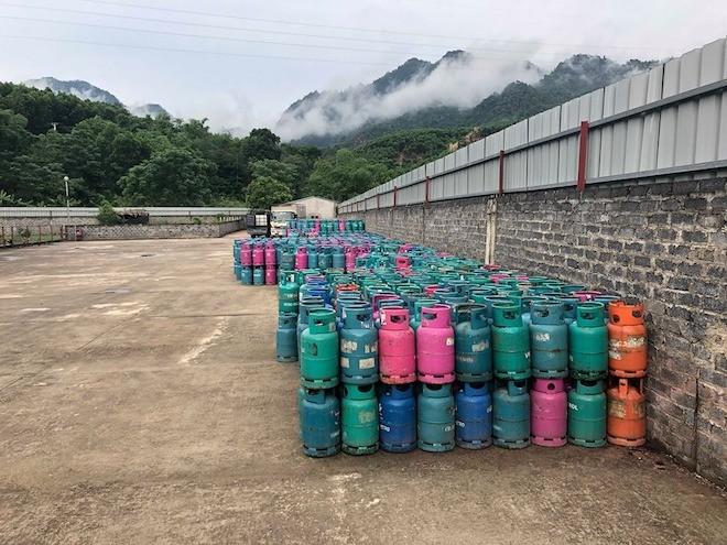 Hàng nghìn vỏ bình gas các loại được lực lượng chức năng phát hiện tạm giữ trong Cty Khánh Linh