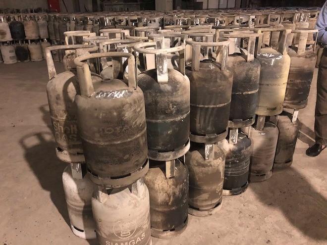 Vỏ bình các nhãn hiệu khác nhau đã bị đốt hết sơn bề mặt tại xưởng của cty Khánh Linh
