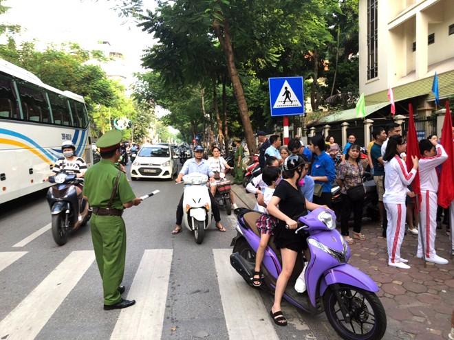 Trước cổng trường Tiểu học Phan Chu Trinh phường Điện Biên, quận Ba Đình