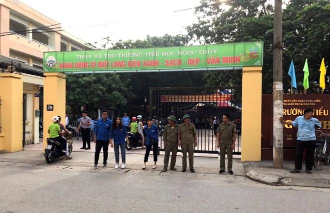 CAP Ngọc Thụy, quận Long Biên phối hợp với Bảo vệ dân phố và Đoàn thanh niên phường tham gia giữ gìn ANTT, TTATGT trong ngày lễ khai giảng tại trường Tiểu học Ngọc Thụy