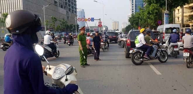 Tại ngã tư Liễu Giai - Nguyễn Chí Thanh - Đội Cấn do lượng người tham gia giao thông quá đông khiến lực lượng CAP Cống Vị khá vất vả trong việc điều tiết giao thông