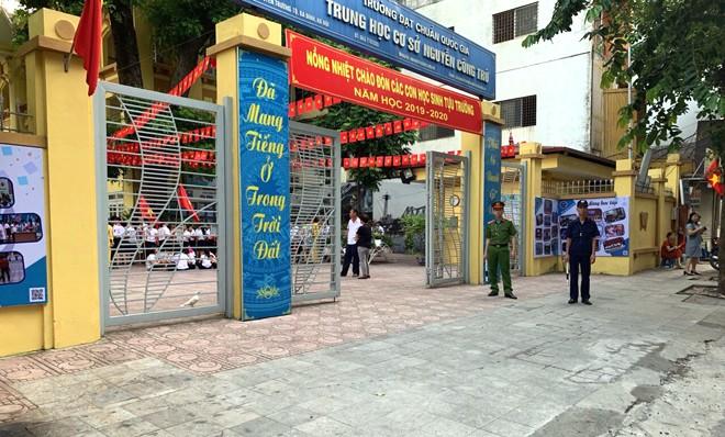 """Tại trường THCS Nguyễn Công Trứ (phường Nguyễn Trung Trực, quận Ba Đình), lực lượng CAP và tự quản cũng được huy động có mặt """"cắm chốt"""" từ sáng sớm"""