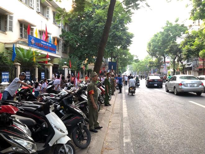 Tại địa bàn phường Điện Biên, quận Ba Đình, lực lượng CAP Điện Biên và Bảo vệ dân phố có mặt từ sáng sớm để sắp xếp chỗ đỗ xe cho phụ huynh học sinh và khách đến dự khai giảng
