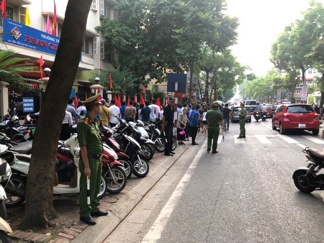 Do trường Tiểu học Phan Chu Trinh nằm trên tuyến phố chính (phố Nguyễn Thái Học) nên việc điều tiết phân luồng giao thông luôn được chú trọng