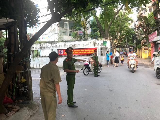 Tại địa bàn phường Thành Công, quận Ba Đình, lực lượng CAP và Bảo vệ dân phố cũng tham gia phân luồng giao thông tại trước các cổng trường từ rất sớm