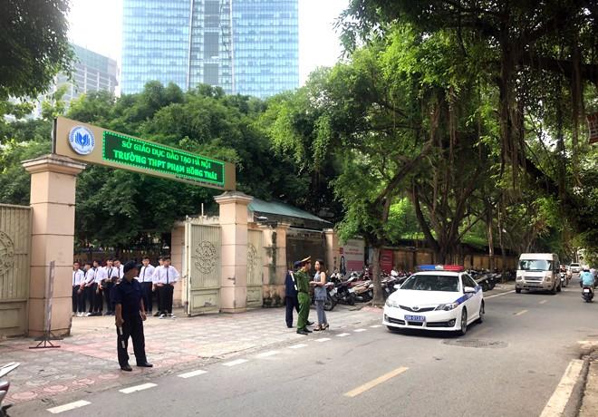Tại khu vực cổng trường THPT Phạm Hồng Thái (phường Cống Vị, quận Ba Đình) cũng luôn thông thoáng trước sự điều tiết, phân luồng giao thông của CAP Cống Vị cùng lực lượng chức năng