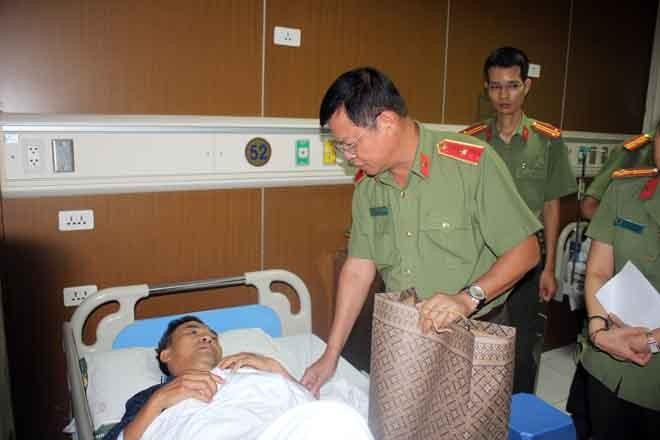 Thiếu tướng Đào Thanh Hải động viên, chúc đồng chí Nguyễn Văn Binh sớm bình phục
