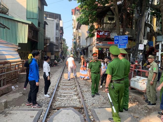 CAP phối hợp với các ban ngành đoàn thể trên địa bàn phường kiểm tra, nhắc nhở những hộ dân sống trên địa bàn cạnh đường tàu không vi phạm TTATGT đường sắt