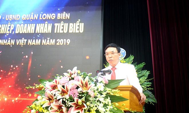 Đồng chí Nguyễn Mạnh Hà - Phó Bí thư Quận uỷ, Chủ tịch UBND quận Long Biên chúc mừng các doanh nghiệp, doanh nhân tiêu biểu trên địa bàn Quận
