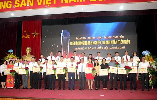Nhiều doanh nghiệp, doanh nhân tiêu biểu có đóng góp tích cực cho sự phát triển KT-XH của TP Hà Nội nói chung và của quận Long Biên nói riêng được khen thưởng