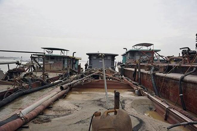 Nhiều phương tiện (tàu) khai thác cát trái phép bị lực lượng Công an tạm giữ