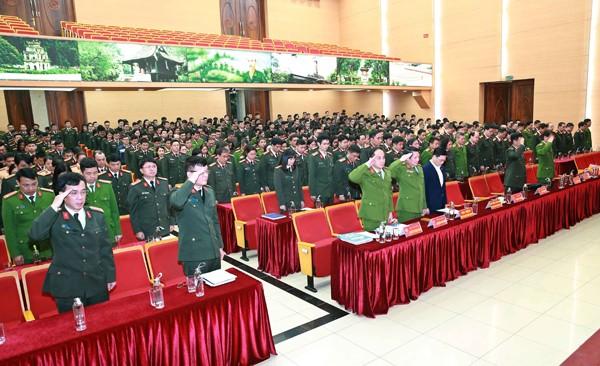 Để bày tỏ sự tiếc thương vô hạn và tri ân những cống hiến lớn lao của 3 đồng chí hy sinh vì nhiệm vụ tại xã Đồng Tâm, Trung tướng Đoàn Duy Khương cùng toàn thể cán bộ chiến sĩ CATP có mặt tại buổi lễ đã dành một phút mặc niệm