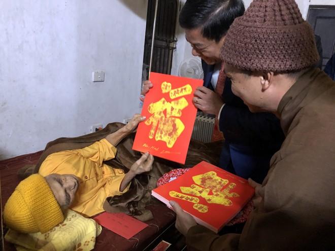 Đại lão Hòa thượng Thích Phổ Tuệ tặng chữ với mong ước mang nhiều may mắn cho đồng chí Giám đốc CATP Hà Nội và các thành viên trong đoàn