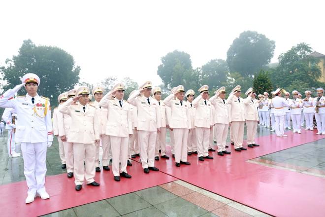 Đoàn đại biểu Đảng ủy Công an Trung ương, lãnh đạo Bộ Công an tưởng niệm các Anh hùng Liệt sỹ tại Đài tưởng niệm các Anh hùng Liệt sỹ