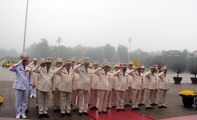 Đoàn đại biểu Đảng ủy Công an Trung ương, lãnh đạo Bộ Công an vào Lăng viếng Chủ tịch Hồ Chí Minh