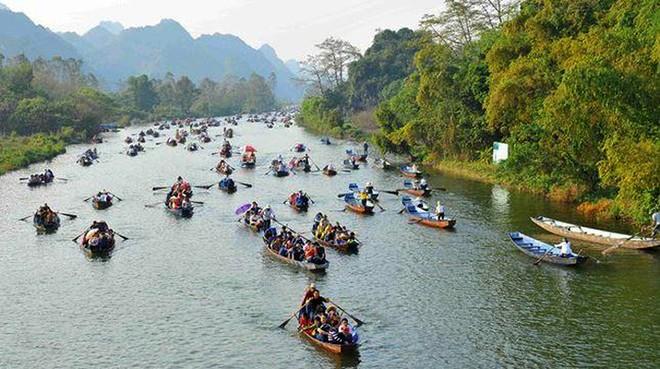 Ban tổ chức (BTC) lễ hội chùa Hương bố trí chèo thuyền bằng tay trên Suối Yến phục vụ du khách tham quan, trẩy hội