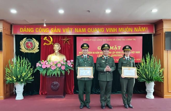 Thiếu tướng Nguyễn Đức Minh – Phó Cục trưởng Cục Công tác Đảng và công tác chính trị tặng Bằng khen của Bộ trưởng cho CBCS có thành tích xuất sắc