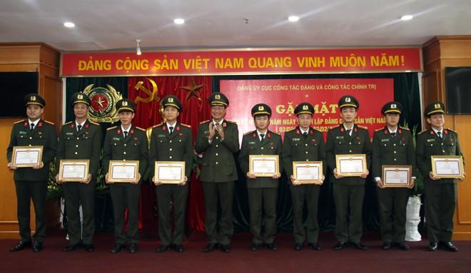 Thiếu tướng Lê Hồng Hiệp tặng Giấy khen của Đảng ủy Cục Công tác Đảng và công tác chính trị cho CBCS có thành tích xuất sắc trong công tác