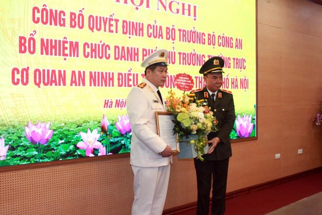 Thiếu tướng Nguyễn Anh Tuấn trao Quyết định và tặng hoa chúc mừng đồng chí