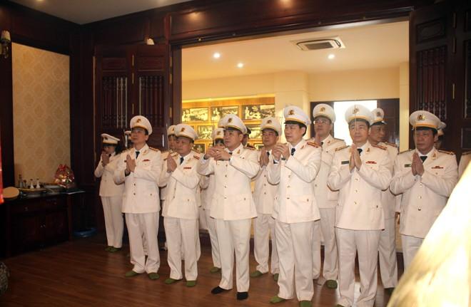 Đại tá Nguyễn Thanh Tùng, Phó Giám đốc CATP Hà Nội cùng chỉ huy các phòng nghiệp vụ và các đơn vị trong Cụm thi đua số 2 thắp hương tưởng niệm Chủ tịch Hồ Chí Minh