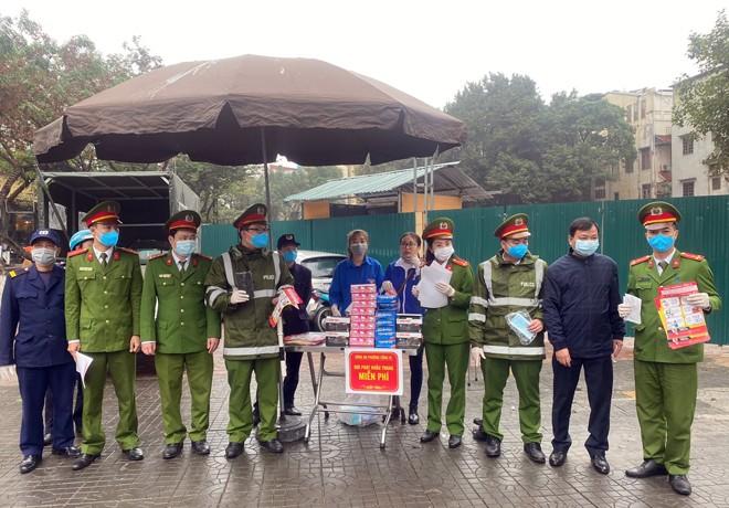 CAP Cống Vị , quận Ba Đình triển khai phát tờ rơi tuyên truyền và khẩu trang miễn phí cho người dân