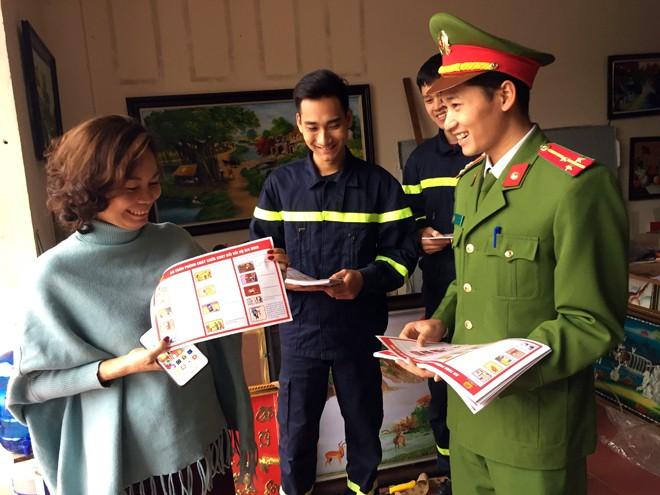 Lực lượng Cảnh sát PCCC - CAH Phúc Thọ phát tờ rơi tuyên truyền người dân một số giải pháp về an toàn PCCC và quy trình xử lý khi hỏa hoạn xảy ra