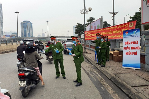 Một điểm phát khẩu trang miễn phí cho người dân của lực lượng Cảnh sát môi trường Công an thành phố Hà Nội