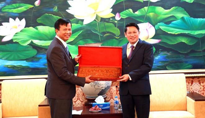 Ngài Thống tướng HIM YAN – Phó Tổng cục trưởng Tổng cục Công an quốc gia Campuchia tặng quà lưu niệm CATP Hà Nội