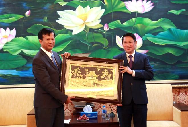 Đại tá Nguyễn Văn Viện trao tặng quà lưu niệm cho đoàn công tác