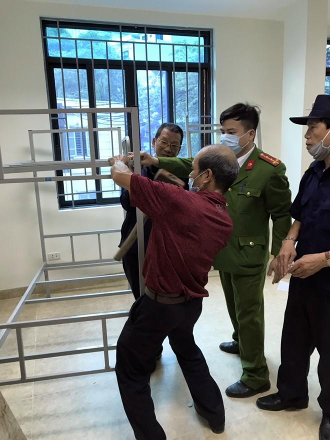 Lực lượng chức năng lắp giường dã chiến tại trụ sở UBND phường Trúc Bạch