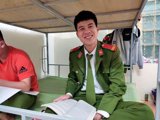 Trung sĩ Trịnh Minh Hiếu tranh thủ ôn thi sau khi hết ca trực tại chốt trong khu cách ly đặc biệt