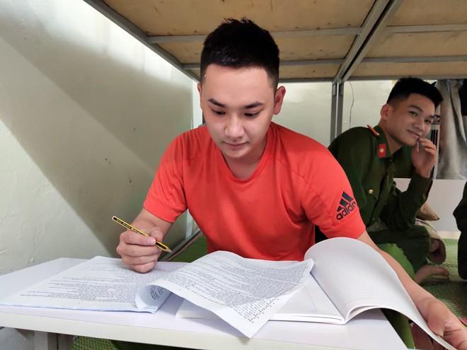 Trung sĩ Trịnh Minh Hiếu, Trung sĩ Nguyễn Đức Thắng tranh thủ ôn thi sau ca trực chốt, để biến ước mơ thành hiện thực, khi đăng ký dự thi vào Học viện Cảnh sát nhân dân