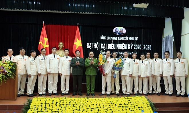 Các đồng chí trong Ban Giám đốc CATP Hà Nội chúc mừng Ban Chấp hành Đảng bộ Phòng CSHS nhiệm kỳ 2020 - 2025
