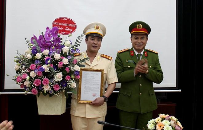 Đại tá Nguyễn Thanh Tùng trao Quyết định và tặng hoa tân Trưởng CAQ Ba Đình Phạm Hải Thắng