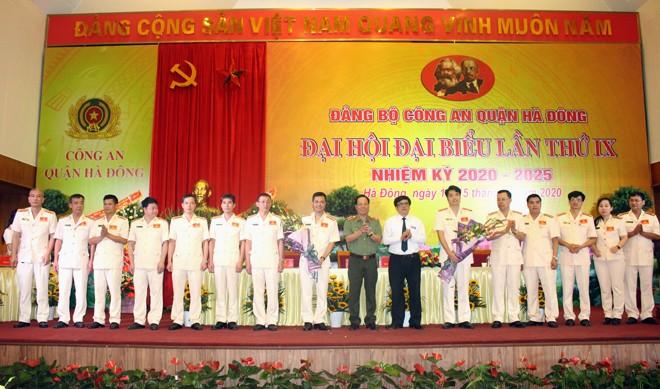 Lãnh đạo CATP và lãnh đạo Quận ủy, UBND quận Hà Đông tặng hoa chúc mừng Ban chấp hành Đảng bộ CAQ Hà Đông nhiệm kỳ 2020-2025