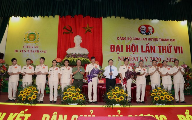 Lãnh đạo CATP và Huyện ủy Thanh Oai tặng hoa chúc mừng Ban chấp hành Đảng bộ CAH Thanh Oai nhiệm kỳ 2020-2025