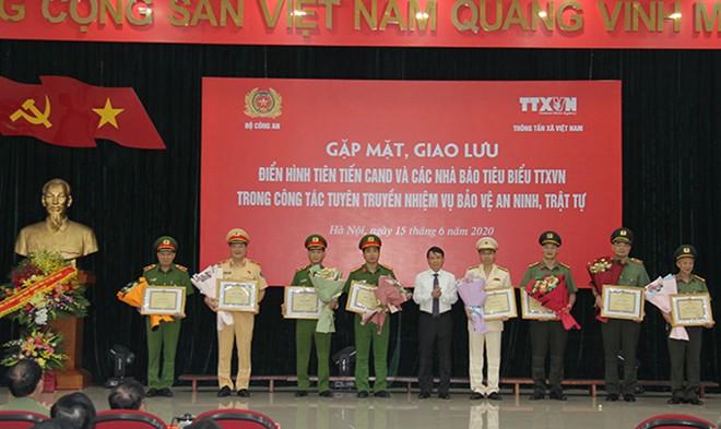Đồng chí Nguyễn Đức Lợi - Uỷ viên Trung ương Đảng, Tổng Giám đốc TTXVN trao Bằng khen của TTXVN tặng các tập thể thuộc Bộ Công an có thành tích xuất sắc trong thực hiện Chương trình phối hơp giữa Bộ Công an và TTXVN