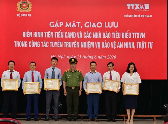 Thượng tướng Nguyễn Văn Thành - Uỷ viên Trung ương Đảng, Thứ trưởng Bộ Công an trân trọng trao Bằng khen của Bộ trưởng Bộ Công an tặng các tập thể, cá nhân thuộc TTXVN có thành tích xuất sắc trong thực hiện Chương trình phối hợp giữa Bộ Công an và TTXVN