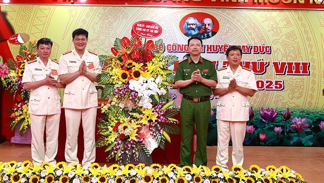 Thay mặt Đảng uỷ, Ban Giám đốc CATP, Đại tá Nguyễn Hồng Ky - Phó Giám đốc CATP Hà Nội tặng hoa chúc mừng Đại hội Đảng bộ CAH Mỹ Đức
