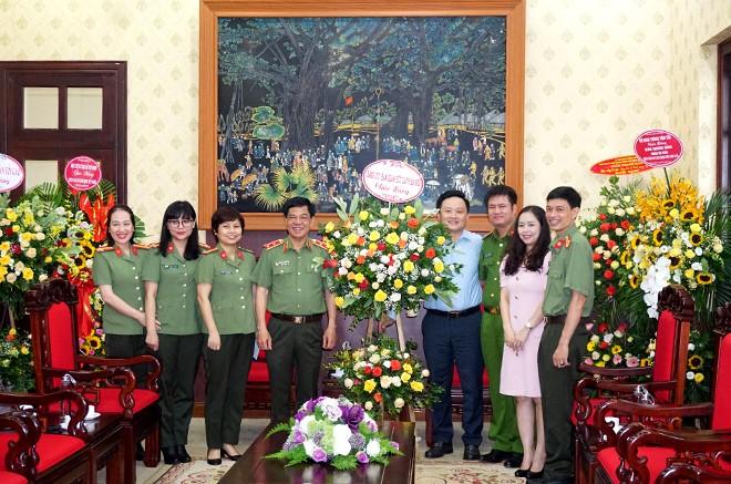 Trung tướng Đoàn Duy Khương cùng đoàn công tác CATP Hà Nội chúc mừng Báo Nhân dân