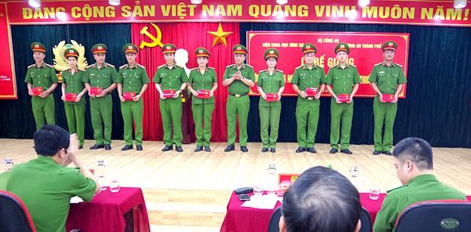 Đại tá Nguyễn Thanh Tùng trao Chứng chỉ cho các học viên hoàn thành xuất sắc khoá học