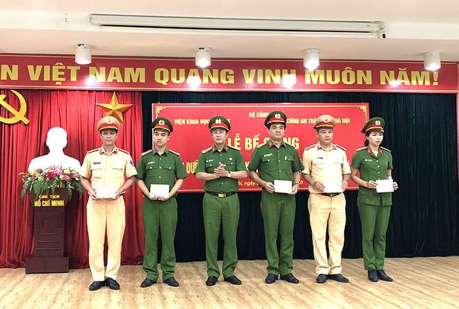 Thượng tá, Tiến sỹ Đặng Văn Đoàn trao chứng chỉ và giấy khen cho các học viên có thành tích xuất sắc trong khoá học